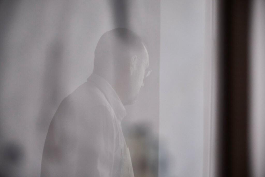 Mann im Fenster gespiegelt