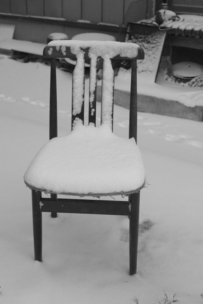 Wie eingefroren und erstarrt auf einem eisigen Stuhl. Apathie und Langeweile können auf Dauer zur Erstarrung führen.